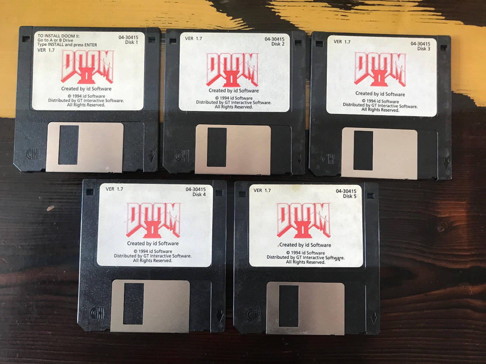 John Romero vende disquetes de Doom 2 da coleção pessoal